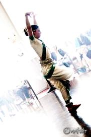 Vernissage von Toni Hlavin mit indischer Tanzperformance und sphärischen Gitarrenklängen