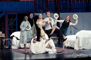 """Die  Premiere von """"Der nackte Wahnsinn"""" im Ernst Deutsch Theater war ein Genuss für Augen und Ohren und eine Folter für die Lachmuskeln"""