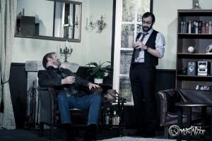 Richard Bellamy (Anton Matheis, rechts) weit Kriminalinspektor Anderson (Alexander Grimm, rechts) in seine finsteren Pläne ein. Foto: Anders Balari