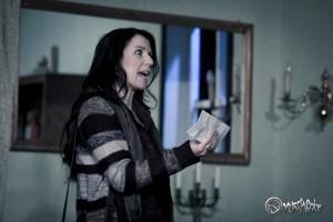 Virgina Bellamy (Claudia Bahr) hat einen verdächtigen Brief ihres Mannes entdeckt. Foto: Anders Balari
