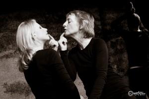 Ich bin dein Spiegel! Von links nach rechts: Franziska Dempt und Anne Hermann-Haase. Foto: Anders Balari.