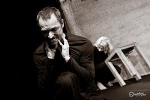 Zermarternde Verzweiflung. Von links nach rechts: Steffen Lorenz und Franziska Dempt. Foto: Anders Balari.