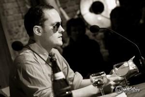 Jan Brandt liest mit Außerirdischen-Schutzsonnenbrille. Foto: Anders Balari