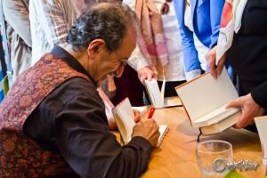 Der liebenswerte Autor signiert seine Werke: Rafik Schami. Foto: Anders Balari