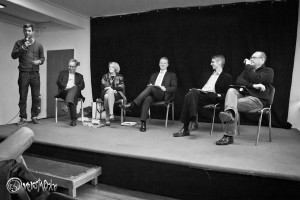 Cem Berk Kreisvorsitzender der Jusos Wandsbek begrüßt seine Gäste (v. l. Dr. Walter Scheuerl, Dr. Regula Venske, Hauke Wagner, Hansjörg Schmidt, Thomas Michel) Foto: Anders Balari