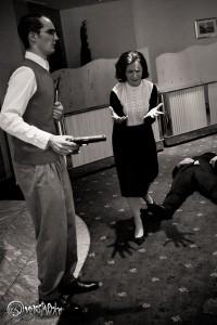 Sylvia West (Bärbel Stieg) glaubt, ihren Ehemann Stanley West versehentlich mit der Theaterpistole erschossen zu haben. Foto: Anders Balari
