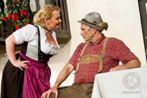 Josepha (Sonja Hebestadt) weiß selbst den griesgrämigen Wilhelm Giesecke (Ulf Albrecht) mit ihrem Charme zu überzeugen. Foto: Anders Balari