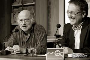Humorvoll beantwortet Frank Schulz die Fragen von Rainer Moritz. Foto: Anders Balari