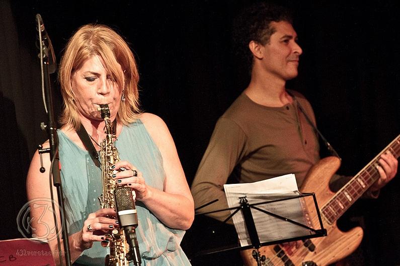 Birgit Storf zeigt ihr vielseitiges Talent - die Musikerin spielt an diesem Abend Sopran und Tenor Saxophon, Flöte und Klarinette. (rechts Jonas Mo an der Gitarre) Foto: Anders Balari