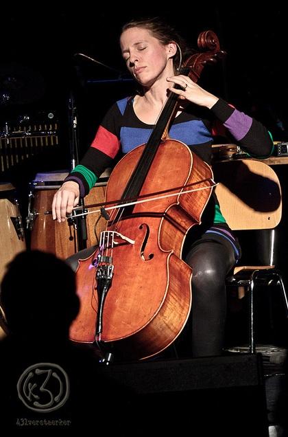 Cordula Grolle verschmilzt mit ihren Cellotönen. Foto: Anders Balari