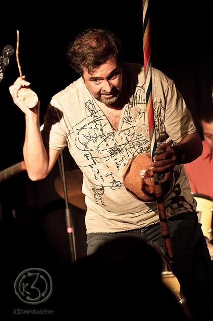 Eduardo führt eindrucksvoll auch exotische Instrumente vor, deren Rhythmus man sich kaum entziehen kann. Foto: Anders Balari