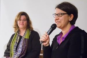 """Daniela Boltres stellt die Autorin Hilkka Zebothsen (links) und ihren gelungenen Text """"Konfettiregen"""" vor. Foto: Anders Balari"""