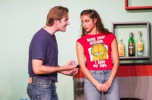 Chris und Debbie (Ulrich Allroggen und Dominique Aref) versuchen, sich gegenseitig zu überzeugen. Foto: Anders Balari
