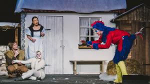 Der Hahn Hubertus (Jan Holtappels) trägt dem Schafhirten Jakob (Andreas Püst), dem Schaf Gertrude (Sandra Kiefer) und Mariechen (Claudia Bahr) sein neuestes Gedicht vor. Foto: Anders Balari
