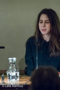 Rachel Kushner betrachtet den Zinnsoldaten Flammenwerfer, ein Geschenk von Bernhard Robben zu dieser Lesung.