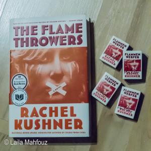 """Signierte Streichholzschachteln mit dem Motiv von Rachel Kushners Roman """"Flammenwerfer"""""""