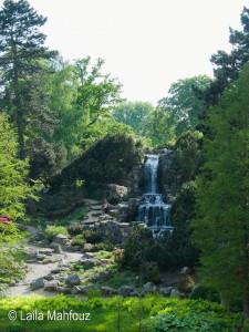 Alpinum mit Wasserfall