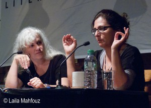 Merle Kröger erläutert ihre Beweggründe. (links Else Laudan) Foto: Laila Mahfouz