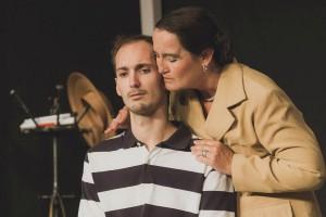Dons Mutter versucht zu trösten. Foto: Anders Balari