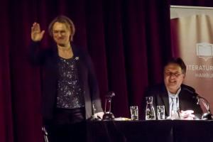 Elke Heidenreich verabschiedet sich von ihrem Hamburger Publikum. Hoffentlich auf bald, Elke! (Foto: Laila Mahfouz)