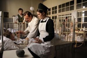 v.l. Carla Karsten als Amelie, Sebastian Koch als Dr. Veithausen und Fritzi Haberlandt als Schwester Sophia