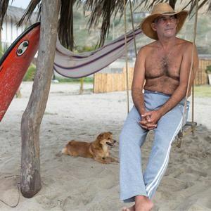 Sergio Bambaren mit Cheekee an seinem Strand der Träume