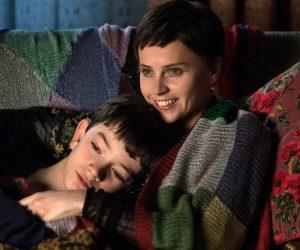 Felicity Jones und Lewis MacDougall