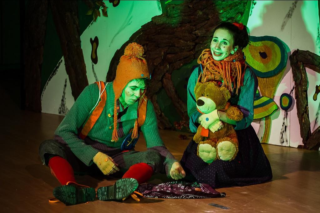 Hänsel und Gretel (Fridtjof Bundel und Laura Stieg) müssen im finsteren Wald übernachten. Foto: Anders Balari