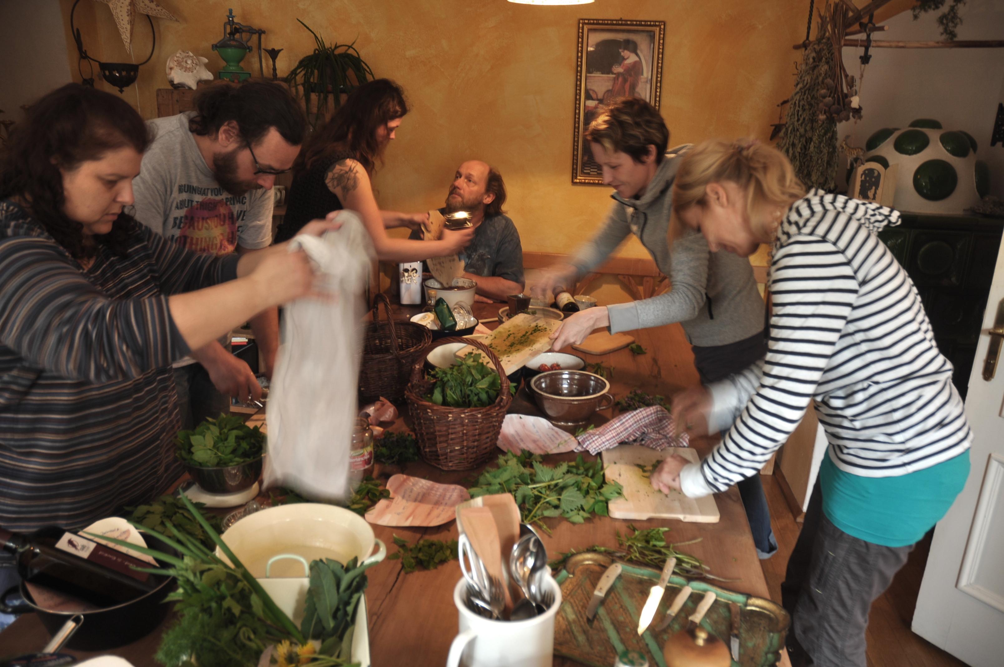 Bei der Vorbereitung des Kräutermenüs (Foto: Michael Hohla)